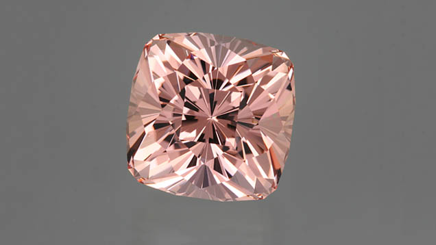 "73,60 ct Morganite Regal Radiant (MC).  Crédit obligatoire: ""Gemme [or specific gem name] merci à John Dyer & Co."""